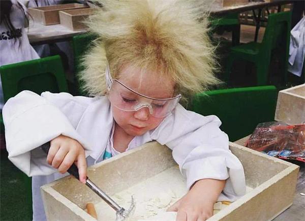 澳大利亚女孩患难梳头发征,原来还是和爱因斯坦同款