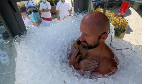 男子浸泡在冰块中两个半小时,创造全新的世界纪录