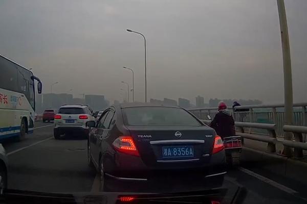 长沙湘府路大桥一男子弃车跳桥身亡是怎么回事? 妻子:他平时性格乐观