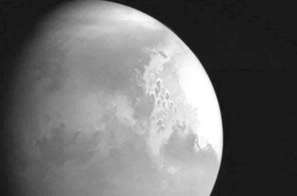 天问一号传回首张火星图,即将进入预定环火星轨道