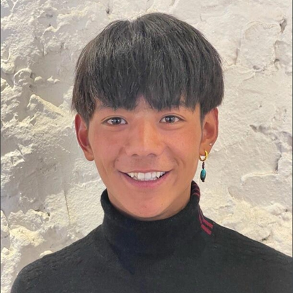 """丁真珍珠(汉语名:丁真),藏族,生活在四川省甘孜藏族自治州理塘县。2020年11月,丁真因为一脸纯真朴素的笑容意外走红网络,成为""""新晋顶流""""。走红后的丁真已成为理塘县的旅游大使,为当地旅游贡献力量。11月25日,丁真为家乡拍摄的宣传片《丁真的世界》正式上线。"""