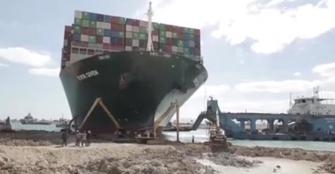 苏伊士运河搁浅货轮船头破损灌水,搁浅货轮船头破损灌水,苏伊士运河
