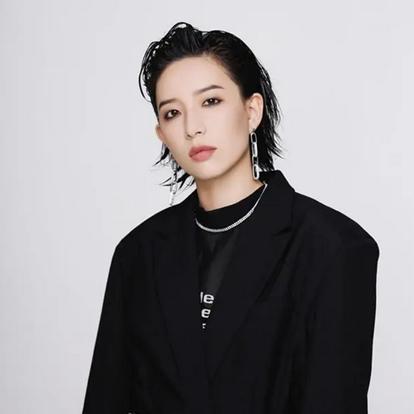 李斯丹妮(Dany Lee),1990年4月26日出生于四川省成都市,中国内地女歌手、演员、模特。2011年8月,获得湖南卫视选秀节目《快乐女声》全国6强,同时正式进入演艺圈。