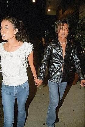 王菲和谢霆锋牵手一起外出会友聚餐,两人口罩遮面打扮低调