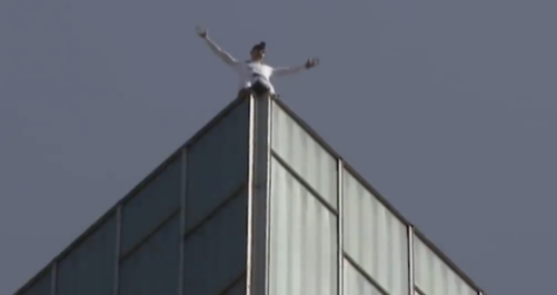 英国蜘蛛人徒手攀爬122米高楼,徒手攀爬122米高楼,蜘蛛人