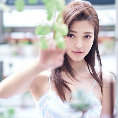 王妍之,1993年7月6日出生于山西省临汾市,毕业于中央戏剧学院表演系本科班,中国内地影视女演员。2014年,因出演情景喜剧《废柴兄弟》正式开启演艺事业;同年,主演中韩合拍电影《平安岛》。
