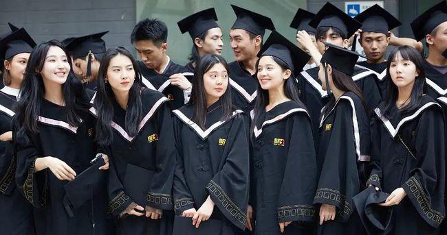 张婧仪拍毕业照,张婧仪拍毕业照站在郭子凡前面,张婧仪,郭子凡