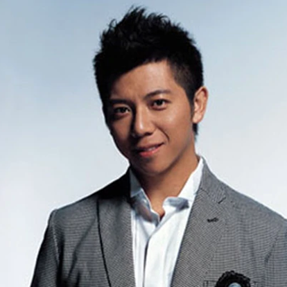 胡海泉,1975年8月13日出生于辽宁省沈阳市,中国内地男歌手、音乐制作人、天使投资人,音乐组合羽·泉成员。1998年11月17日,与陈羽凡组成羽·泉组合,签约滚石中国。