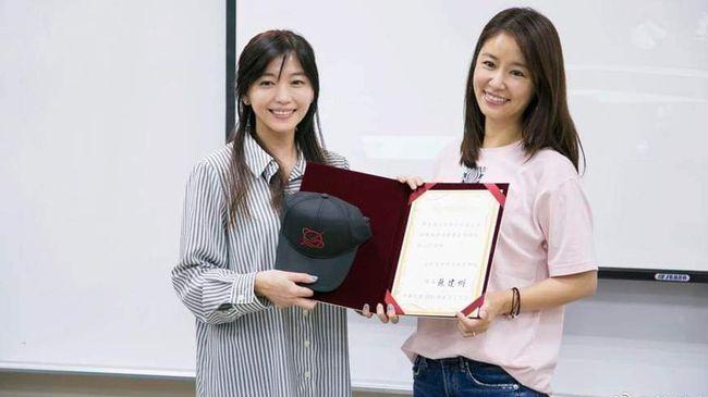林心如硕士毕业,每周末都要飞到上海上课,后来疫情原因转到台湾完成课程