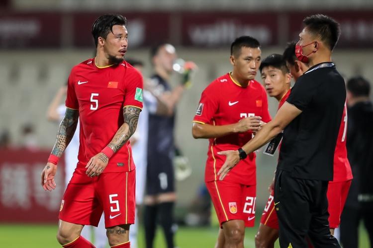 国足2-0击败菲律宾,国足踏进世界杯12强,唐淼和吴兴涵精彩传射进球,