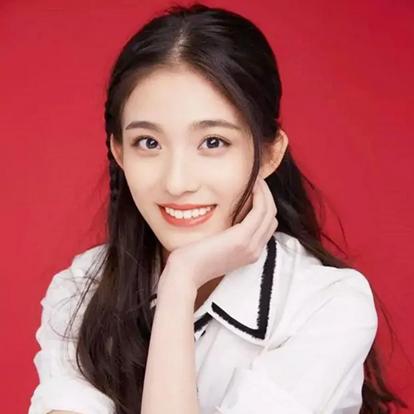 钟丽丽,2000年5月6日出生于新疆,中国内地影视女演员,就读于北京电影学院表演系。2016年,出演校园短剧《错了性别的爱》,从而进入演艺圈。2019年,参演都市家庭教育剧《小欢喜》;同年,主演校园爱情剧《对着月亮说爱你》。2020年,主演都市爱情剧《只是结婚的关系》。
