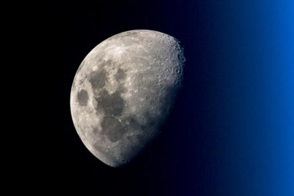 宇航员公布空间站中捕抓到月球的绝美的照