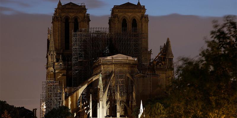 实拍巴黎圣母院夜景,巴黎圣母院
