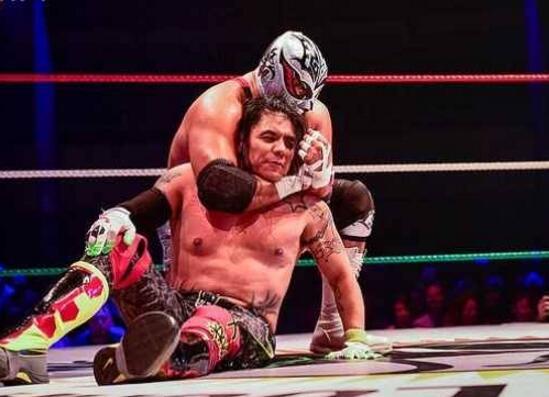 """摔跤明星倒地猝死是怎么回事?对手以为是表演对其胸口""""补刀▓▄▓▄"""""""