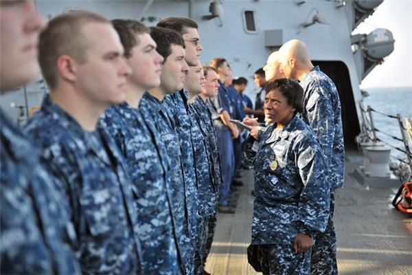 美海军将大规模更换制服传统蓝将变为绿