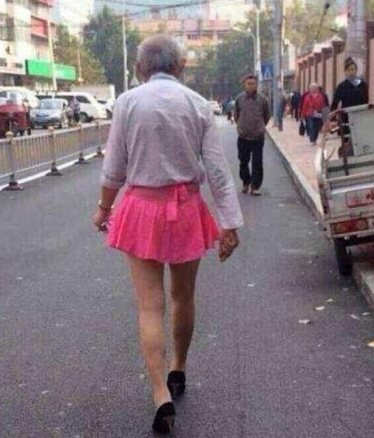 80岁老人穿女装,80岁老人穿女装逛街,80岁老人穿女装思念老伴