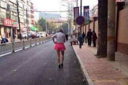 感人! 80岁老人穿少女装走在大街上 路人不忍直视