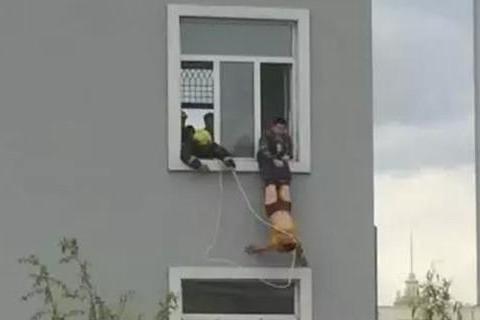 自解腰带坠楼身亡
