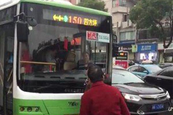 大妈早高峰拦公交车,大妈拦公交车,早高峰拦公交车