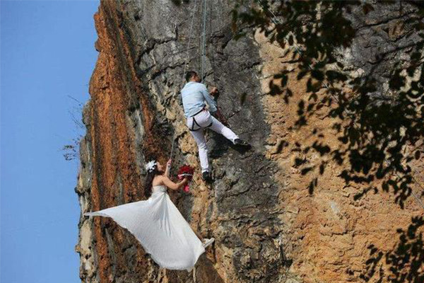 爬百米悬崖拍婚纱照