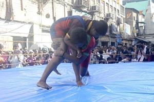 现实版摔跤吧爸爸 印度摔跤成风靡