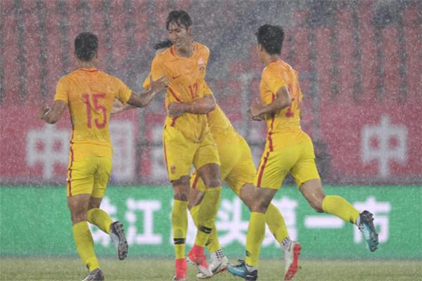 国奥塔吉克斯坦,双方1-1难舍难分,因雷雨天气暂停取消
