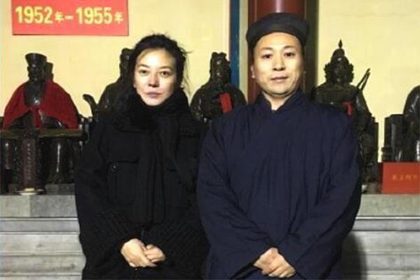 42岁赵薇现身寺庙祈福,白云观,赵薇