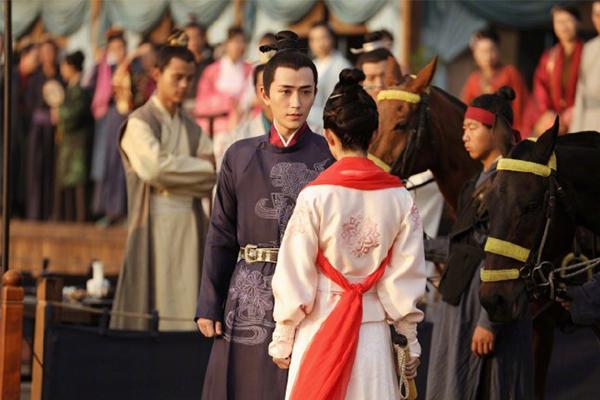王栎鑫想活成朱一龙的样子,朱一龙,左边娜扎右边热巴,王栎鑫朱一龙