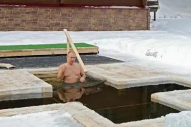 俄罗斯总统普京庆祝主显节,光膀子浸入冰水中三次完成洗礼