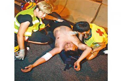 """香港港独极端分子暴力示威致交通瘫痪 香港司机""""以一敌十""""对抗暴徒"""