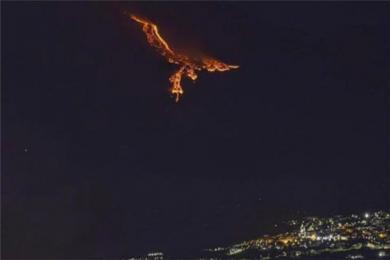 意大利西西里岛火山熔岩像凤凰是怎么回事?埃特纳火山喷发岩浆在夜色下喷出