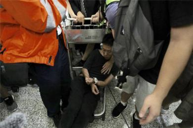 内地记者在香港机场遭暴徒围殴 记者无惧暴徒:我支持香港警察,你们可以打我了