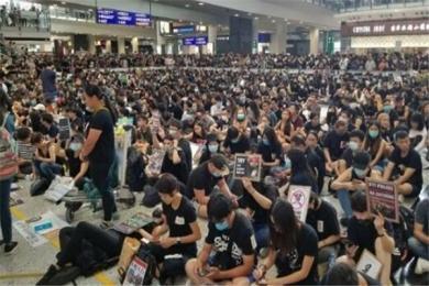 """香港机场临时禁制令延长 港独极端分子网络发起""""和你塞""""再度盯上机场"""