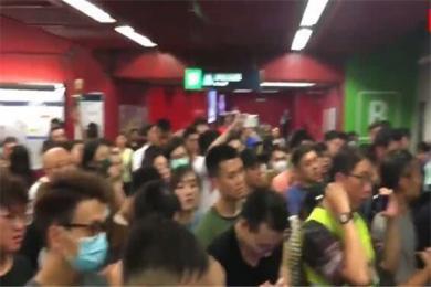 想屁吃?香港港独极端分子霸占地铁 暴徒嫌热竟然大喊:开冷气