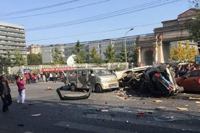 北京朝阳南四环发生车祸致2人死亡 两车损坏小型车起火