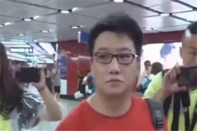 """最美不过中国红!上海游客被香港示威者骚扰殴打 """"你看到我衣服穿的颜色了吗?"""""""