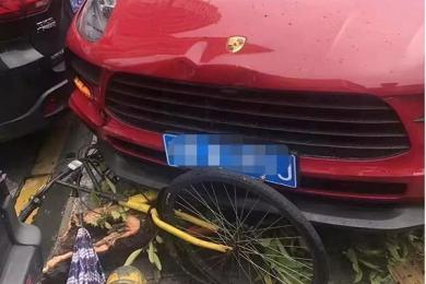 深圳华强北女司机开保时捷踩错刹车冲上人行道 树干都给撞断了