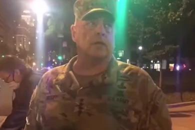 美军四星上将现身华盛顿抗议现场,尊重自由表达的权利但希望以和平的方式