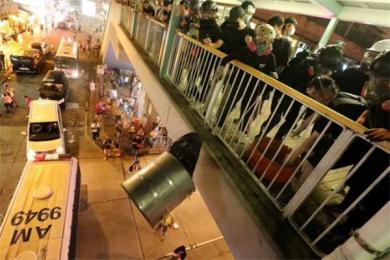 香港暴徒游行变暴行天桥扔铁桶袭击警车 香港警方发射一枚布袋弹示警