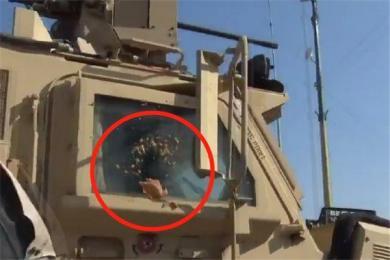 美军撤离叙利亚北部被土豆砸 库尔德人怒吼:美国骗子