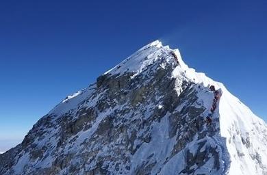 为啥要人给珠峰测高?直升飞机和卫星做不到吗?