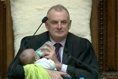 点赞!新西兰议长会议上给孩子喂奶 谁说男人天生不适合带孩子?