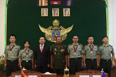 柬埔寨为中国军事医疗专家组授勋,国防部大臣迪班亲自主持仪式