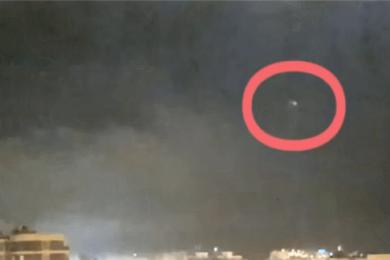西班牙雷暴天现UFO?银色光圈在夜空中离去